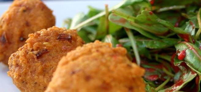 rucolasalat mit linsenbällchen