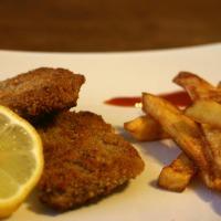 Veganes SchniPoSa: Schnitzel mit Pommes und Salat