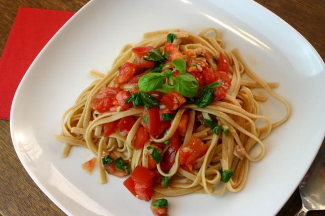 Pasta mit ungekochten Tomaten