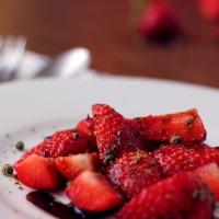 Balsamico-Erdbeeren mit grünem Pfeffer