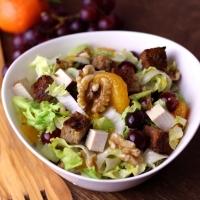 Wintersalat mit Trauben, Mandarinen und Walnüssen