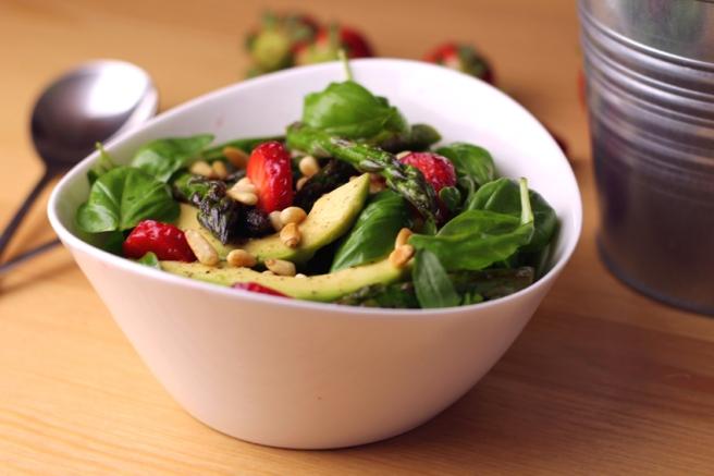 Erdbeer-Avocado-Spargelsalat vegan