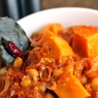 Süßkartoffel-Kichererbsen-Curry mit Orange und Tomate