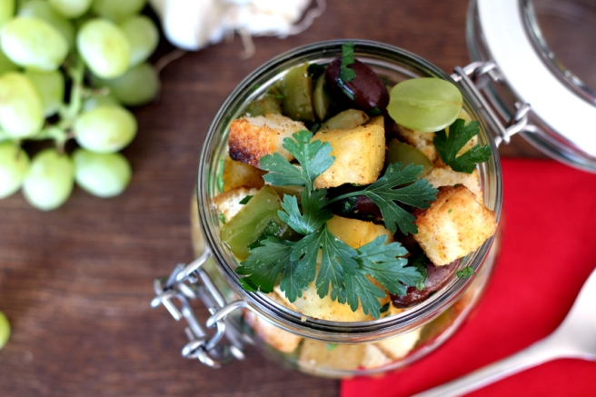 Brotsalat mit Trauben und Süßkartoffel