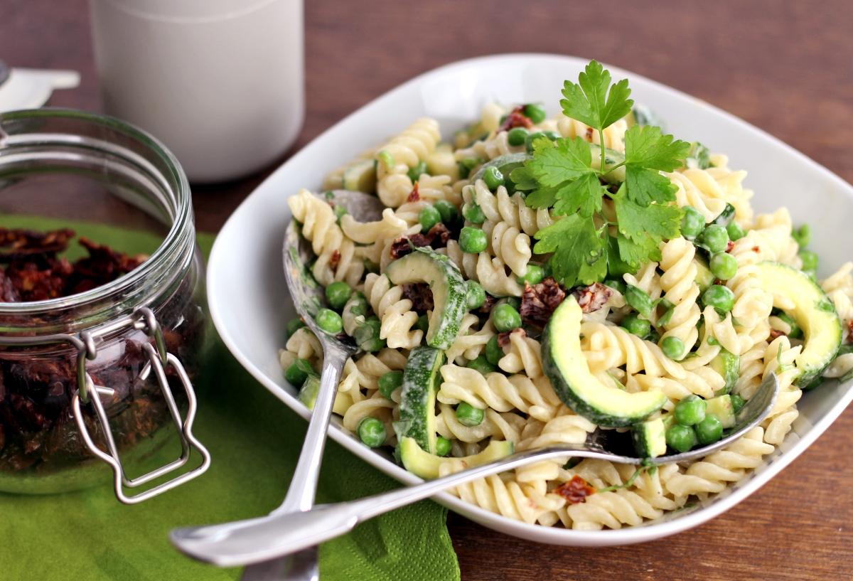 Grüner Nudelsalat mit Tahini-Dressing