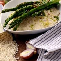 Veganes Spargel-Risotto mit Basilikumöl